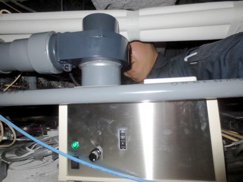 天井内に設置した香り発散器
