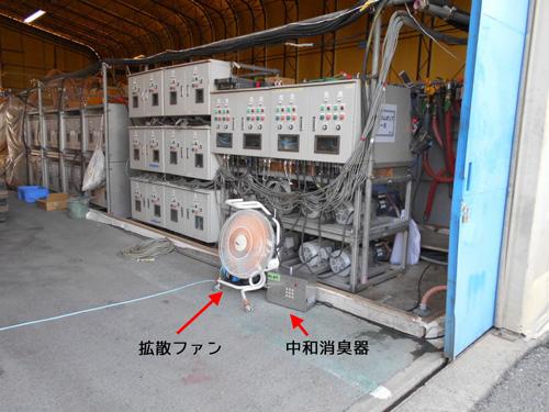 工場の出入口に消臭器をセット2