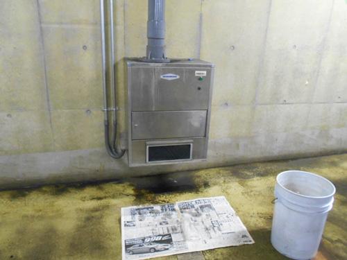 清掃車車庫内で使用中の中和消臭器