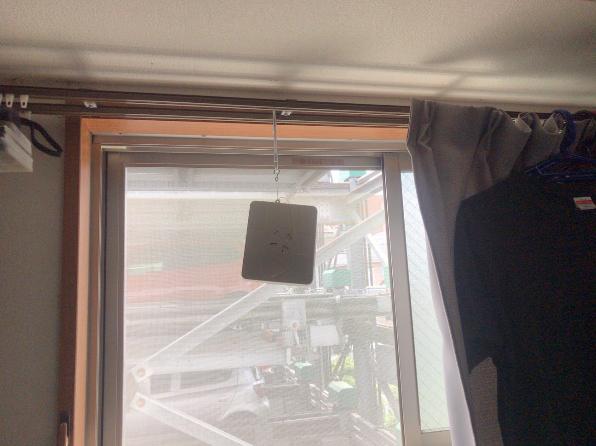 窓辺に取り付けた消臭剤