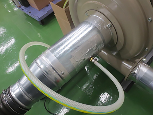 排気ダクトに消臭剤を挿入2