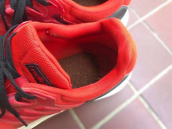 コーヒーかすを入れて消臭中の靴
