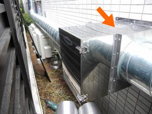 丸ダクトに取り付けた厨房排気用消臭器