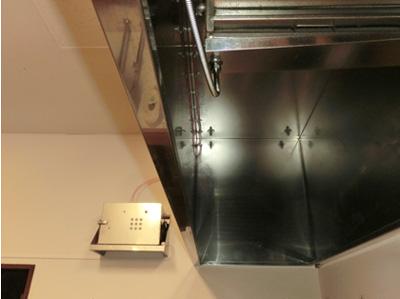 消臭器からレンジフード内のグリスフィルターへ接続