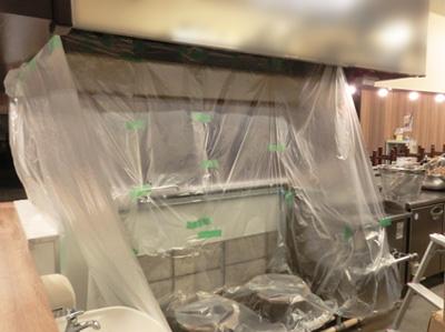 消臭器の設置前に厨房を養生
