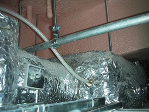 厨房排気ダクトに接続した消臭剤ホース2