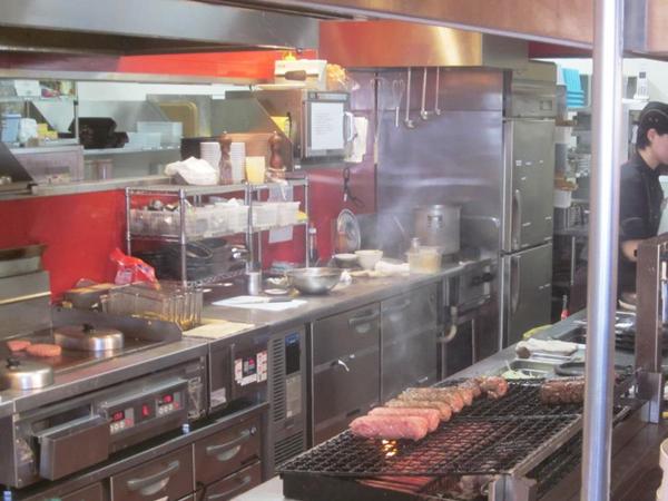 ステーキハウスのキッチン