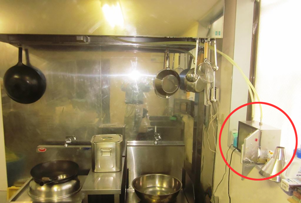 厨房の隙間スペースに設置した中和消臭器